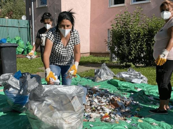 V obci Rakúsy ručne zisťovali, čo ľudia najviac vyhadzujú do kontajnerov